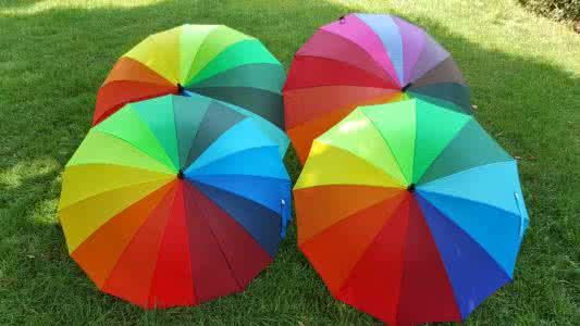 共享雨伞是共享经济的一种新形态,主要是企业在地铁或公交站、商业区等提供雨伞共享服务。 运营模式 一种是无桩模式,另一种为有桩模式,前者可以随用随取,后者则需要找到固定借伞机。无桩模式的雨伞,小编只知道共享e伞。 付费方式   除oto外,共享雨伞多以押金+租金方式运营。其中,春笋押金较高,为59元。押金不能用作使用计费,用户需额外充值。关于收费方式,除了共享e伞,与共享单车类似,根据撑开伞的使用时长收费外,其它为从借到还的时长计费。 无桩投放能省去智能借还设备的成本,也为用户使用提供了方便